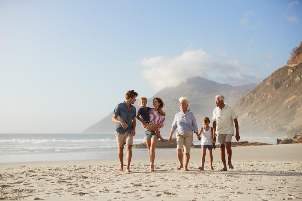 Une famille se promenant sur la plage