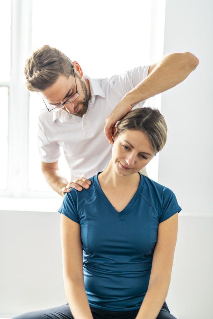 Un ostéopathe avec une patiente