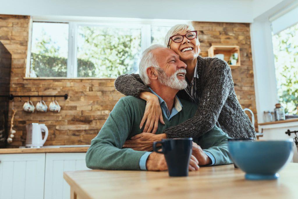 Couple senior souriant dans sa cuisine