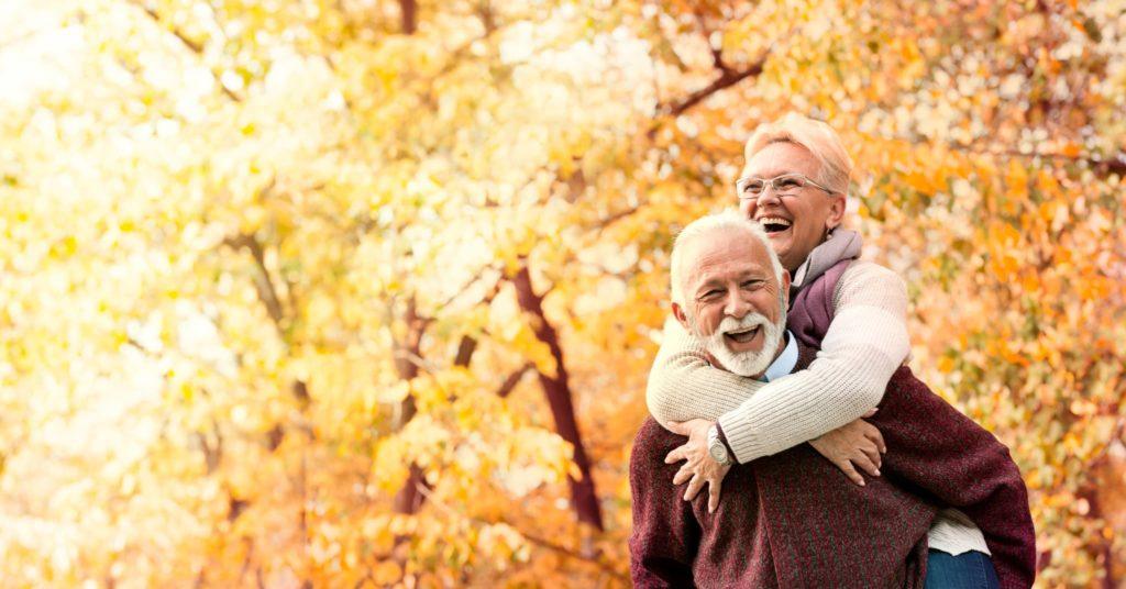 Couple de seniors profitant d'un soleil d'automne