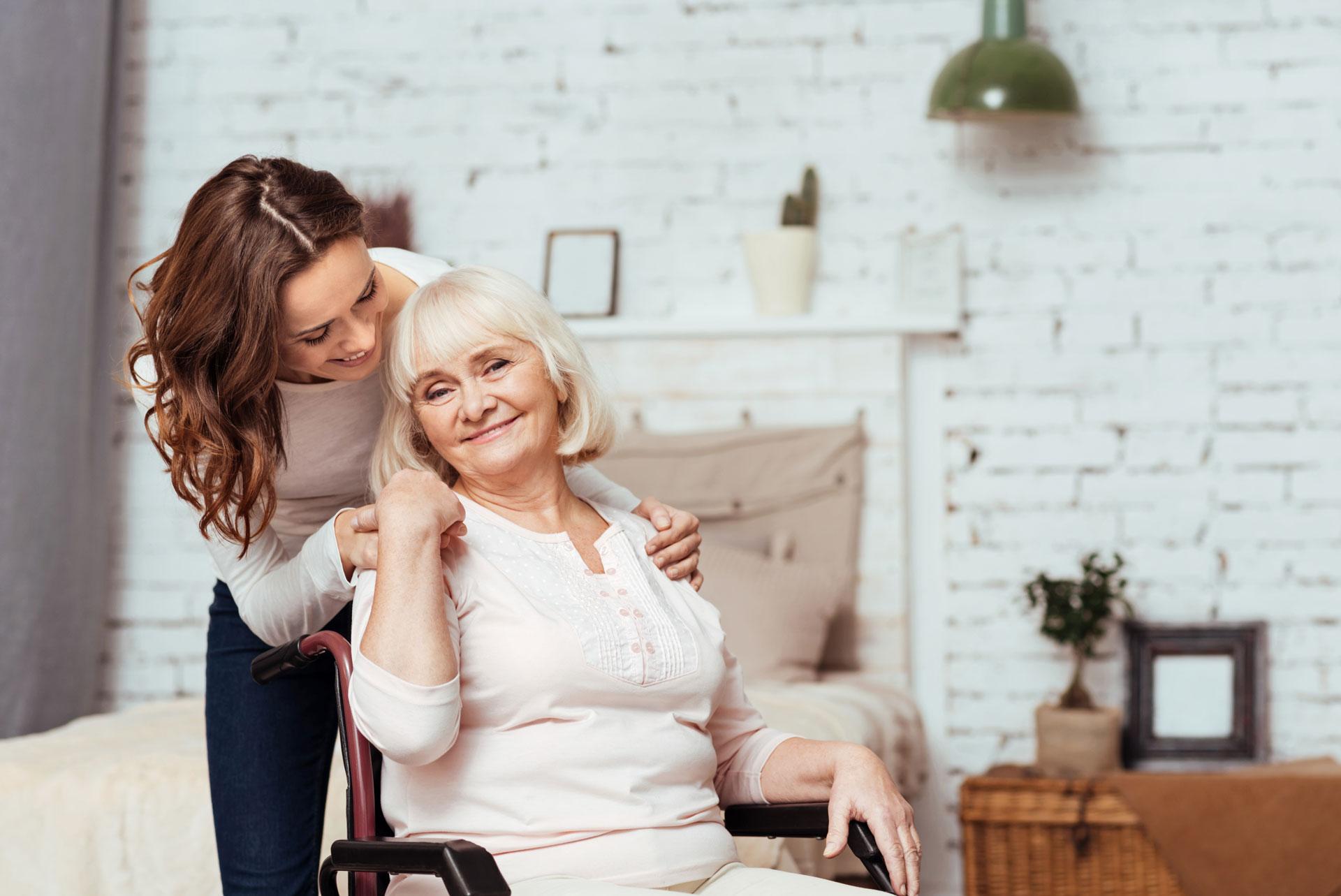 Une jeune femme avec sa grand-mère