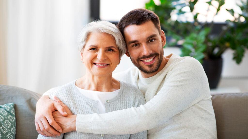 Une dame de 70 ans et son fils
